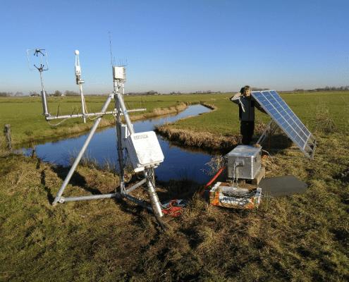 Voorbeeld opstelling meettoren broeikasgassen Friesland. Stroomvoorziening gaat d.m.v. een set aan zonnepanelen. (foto van Merit van der Berg)